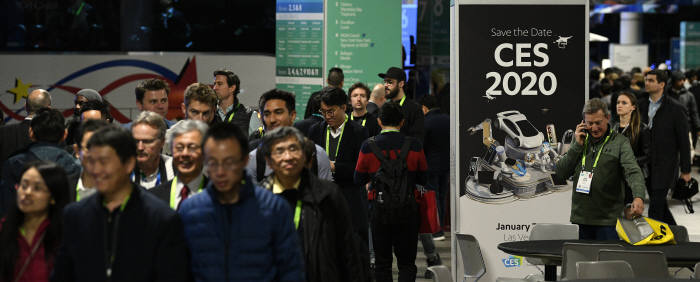 올해 초 미국 라스베이거스에서 열린 CES 2019 폐막 이후 참관객들. 전자신문DB