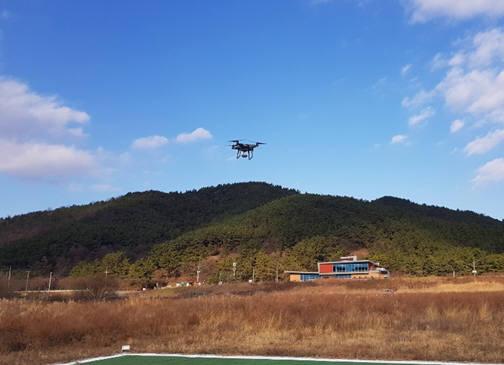 아이지아이에스가 개발한 GIS 기반 3차원 고도비행기술 알고리즘을 활용해 드론을 시범 운영하는 모습.