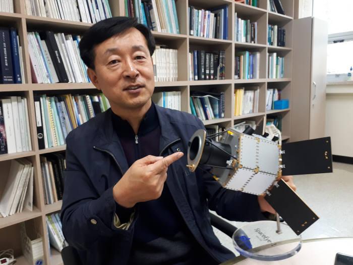 이윤우 표준연 책임연구원이 인공위성에 쓰이는 광학장치에 대해 설명하는 모습.