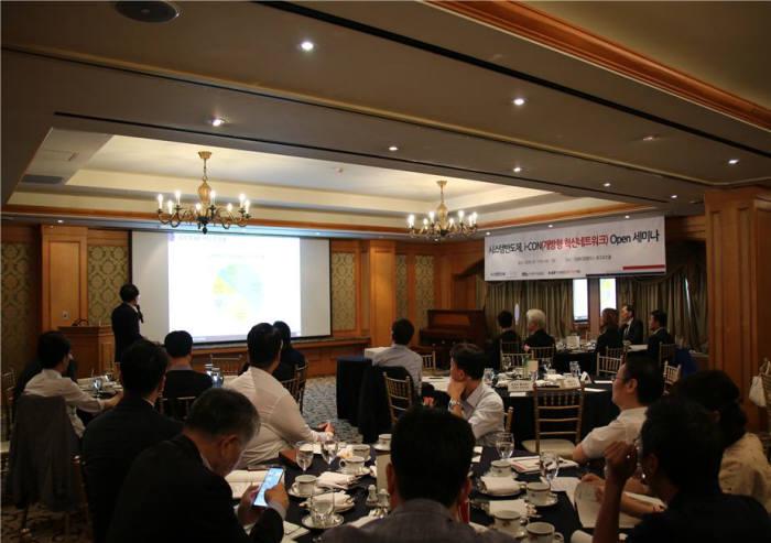 지난 7월 임페리얼팰리스호텔에서 열린 시스템반도체분야 개방형혁신네트워크(i-CON) 오픈세미나에서 참석자들이 박재근 한양대 교수 발표를 경청하고 있다. (사진=벤처기업협회)