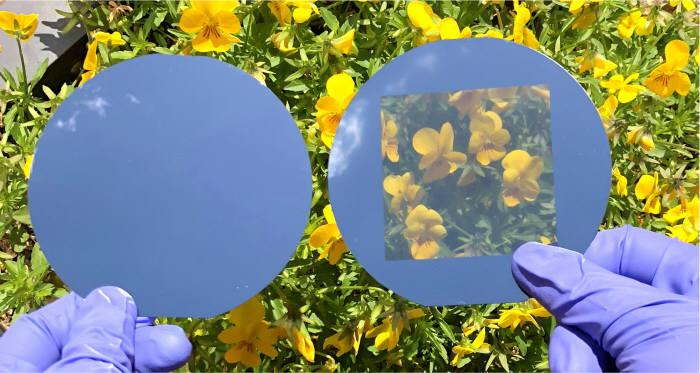 일반 결정질 실리콘 기판(왼쪽)과 투명 실리콘 기판 비교.