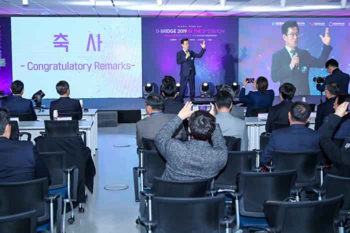 허태정 대전시장이 12일 대전 대흥동에 위치한 디스테이션에서 대전테크노파크와 대전창조경제혁신센터 주최 디브릿지 2019 글로벌 데모데이에서 대전지역 스타트업에 대한 지원 의사를 밝히고 있다. 사진출처=대전시