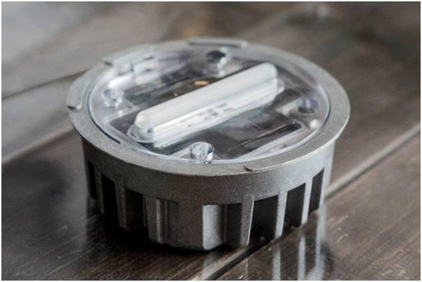 해건이 개발한 발광부와 광원부 분리형 탄력 LED 도로표지병.