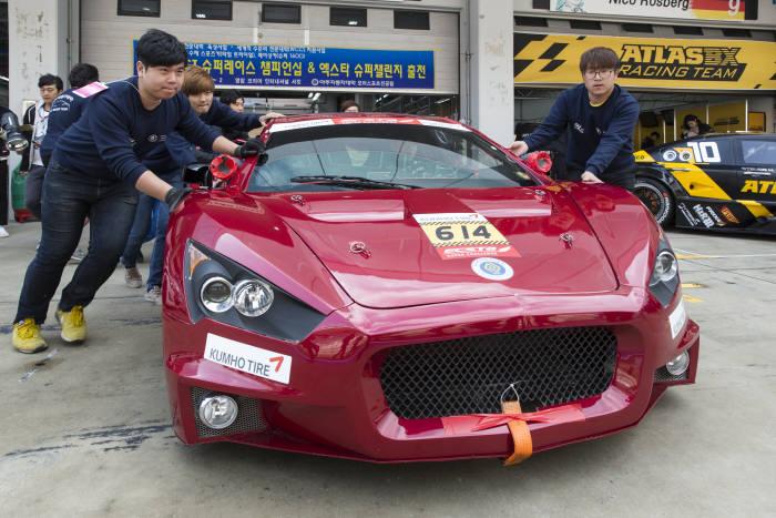 아주자동차대학교는 세계적 수준의 자동차특성화 대학 비전을 지향한다. 자동차 관련 행사에 참여한 학생들.