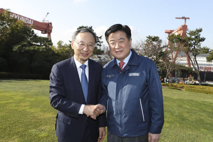 황창규 KT 회장(왼쪽)과 권오갑 현대중공업지주 회장이 현대중공업 영빈관에서 만났다.