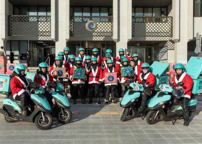 지난 19일 초록우산 어린이재단 2019 산타 원정대 IN 인천 캠페인에 참가한 배민라이더스 인천지점 라이더 20명이 인천 지역 저소득가정 어린이 60명에게 선물을 배달하기 전 기념사진을 촬영하고 있다.