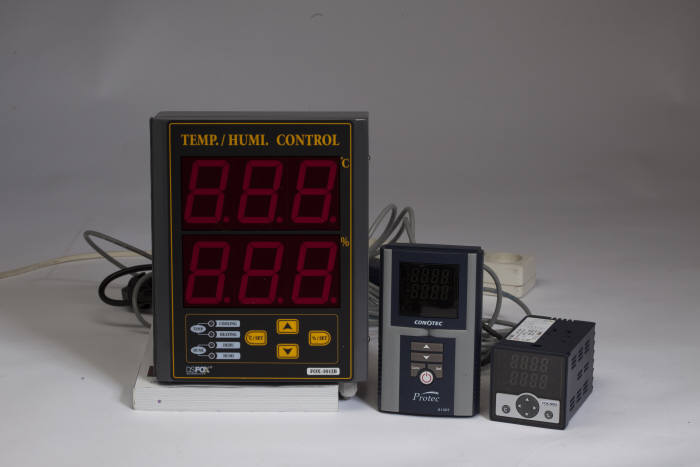 디지털 온습도 제어기를 비롯한 코노텍 생산 제품군.