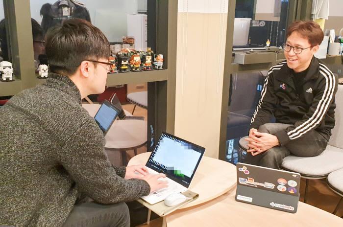 최근 박민우 크라우드웍스 대표(오른쪽)와 인터뷰를 가졌다.