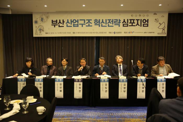 부산시와 KIET가 최근 개최한 부산 산업구조 혁신전략 심포지엄 패널토론 모습.