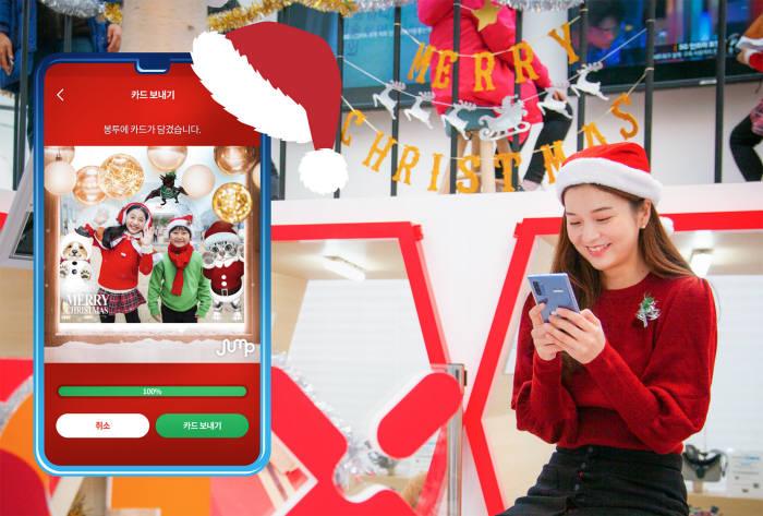 SK텔레콤 홍보 모델이 잠실5GX 부스트파크에서 점프 AR 동물원 서비스를 소개하고 있다,