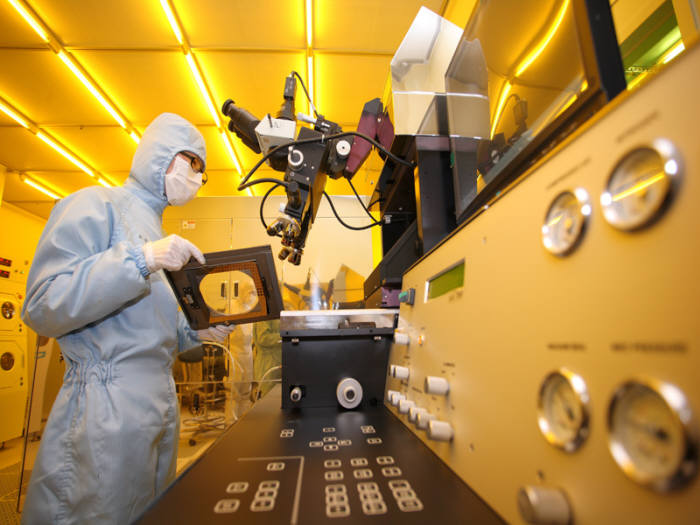나노융합기술인력양성 사업 교육생이 측정분석 과정을 학습하는 모습.