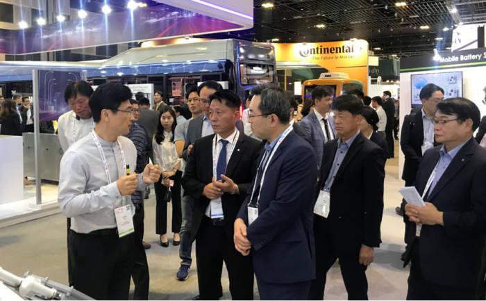 지난 10월 싱가포르에서 진행된 ITS 월드 콩그레스에서 조윤희 켐트로닉스 사업개발 총괄 이사(왼쪽)가 자사 V2X 솔루션을 장덕천 부천시장에게 설명하고 있다. (사진=켐트로닉스)