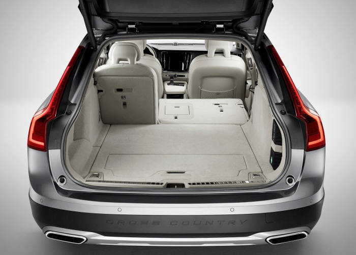 볼보 V90 크로스컨트리 트렁크 공간.