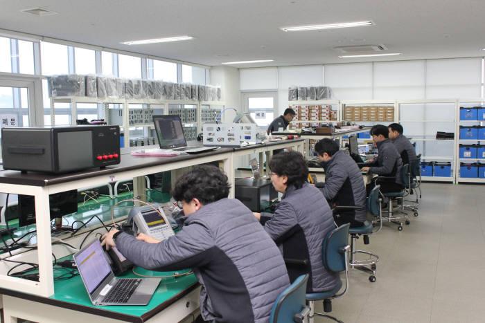 이노인스트루먼트 개발직원들이 제품 테스트를 진행하고 있다.