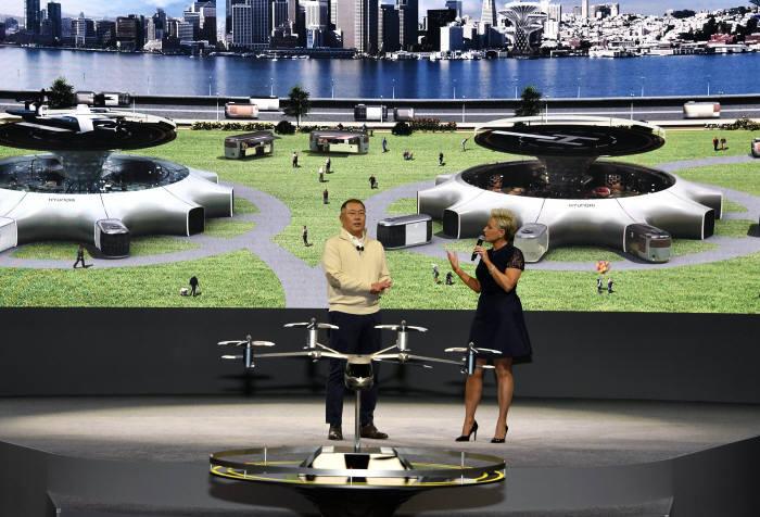 정의선 수석부회장(왼쪽)이 CES 2020 개막 하루 전 현대차 미디어 행사가 열린 미국 라스베이거스 만달레이베이 컨벤션센터에서 인간 중심의 역동적 미래도시 구현을 위한 혁신적 미래 모빌리티 비전을 공개했다.