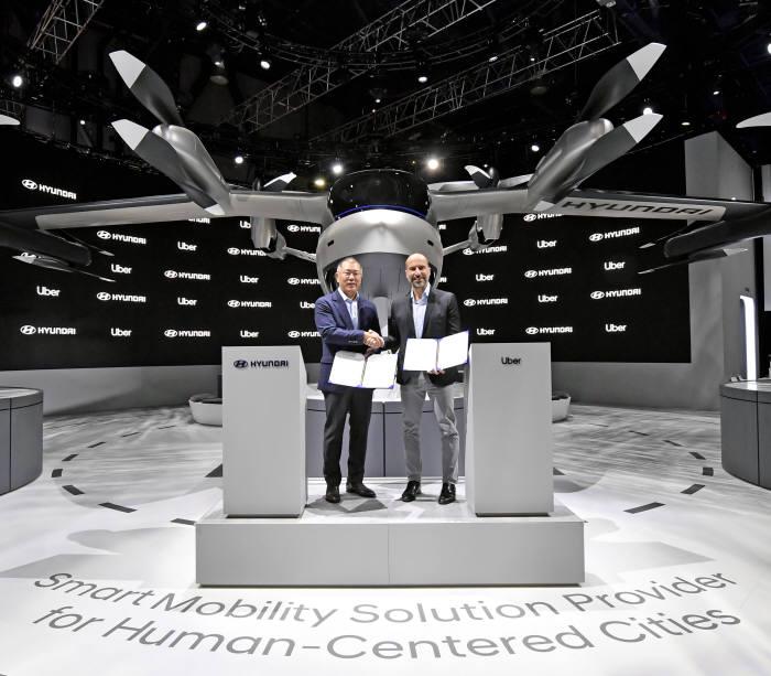 정의선 현대차그룹 수석부회장과 다라 코스로샤히(Dara Khosrowshahi) 우버 CEO는 7일(현지시각) 개막한 CES 2020 현대차 전시관 내 실물 크기의 개인용 비행체(PAV) 콘셉트 S-A1 앞에서 도심 항공 모빌리티(UAM) 사업 추진을 위한 협력 계약을 체결했다.