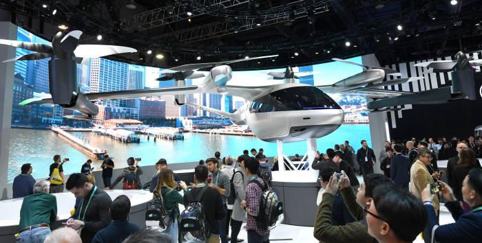 이것이, 실물 개인용 비행체(PAV) 콘셉트 S-A1 【사진3】세계 최대 IT·가전전시회 CES 2020이 7일(현지 시각) 미국 라스베이거스 컨벤션센터에서 나흘간의 일정으로 개최됐다.【사진2】 【사진4】55개국 4,500여개 업체가 참여한 가운데 4차 산업혁명 시대를 맞아 IT업체뿐만 아니라 자동차를 비롯한 전통 제조업체까지 전시에 참여했다. 현대자동차 부스에서 관람객들이 개인용 비행체(PAV) 콘셉트 S-A1을 살펴보고 있다. 라스베이거스(미국)= 김동욱기자 gphoto@etnews.co