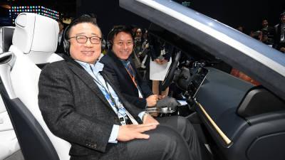 차량용 콕핏 서비스 체험하는 박정호 사장과 고동진 사장