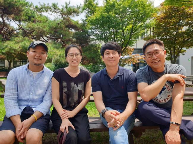 박길준 셀미트 대표(왼쪽)와 연구센터장을 맡고 있는 이경본 전남대 교수(왼쪽에서 3번째) 등 창업멤버들.