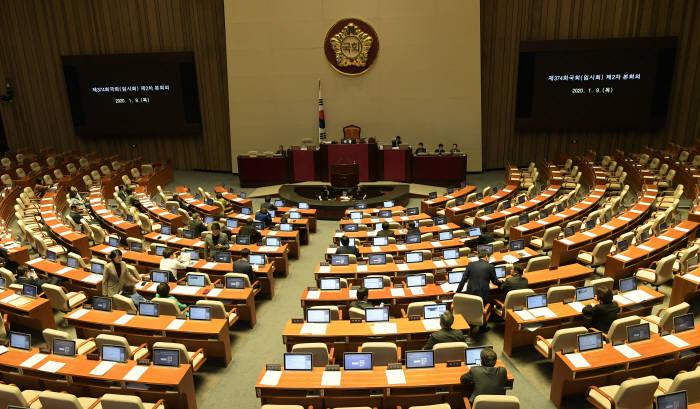 9일 저녁 자유한국당 의원이 불참한 채 국회 본회의가 열렸다. 국회는 이날 데이터 3법 등 주요 민생, 경제법안을 처리했다. 이동근 기자