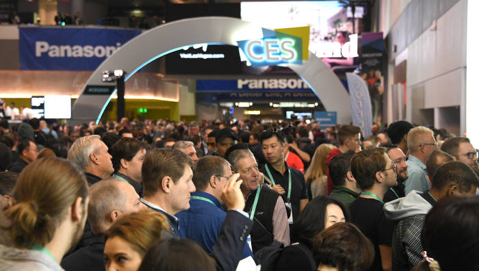 CES 개막 직전 LG전자 부스입구에 모인 관람객들.