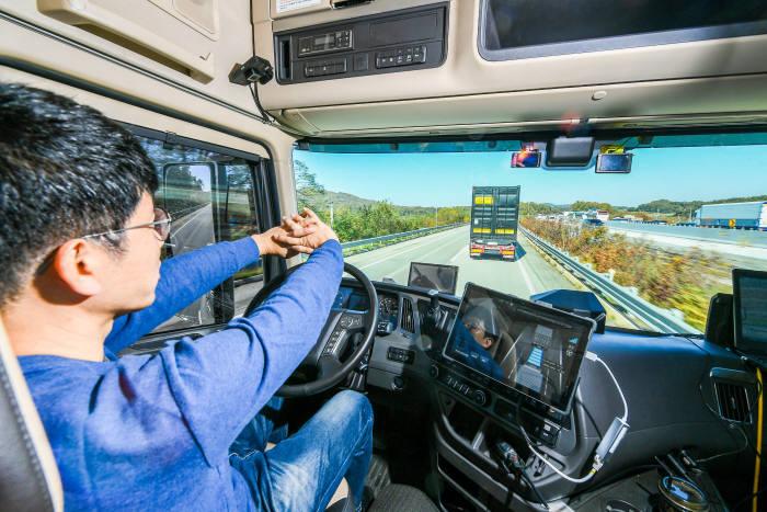 고속도로를 나란히 군집주행으로 달리고 있는 현대차 자율주행트럭