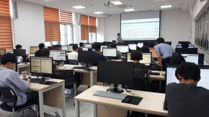 경북대 SW교육센터가 진행한 오픈소스 SW체험캠프 모습.