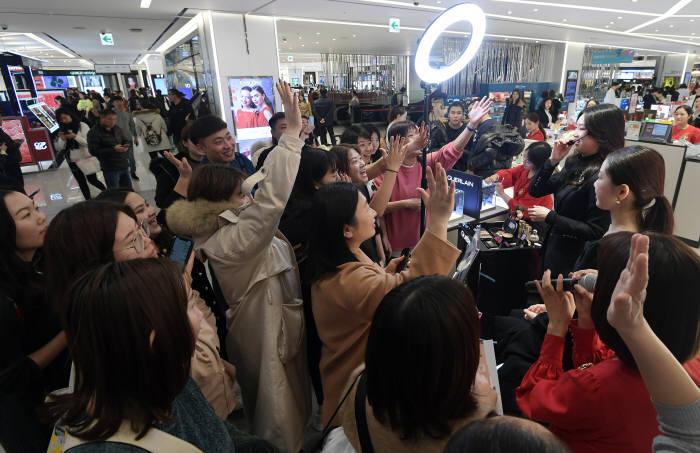 업계 큰손인 중국단체 관광객들이 국내 면세점에서 쇼핑을 하고 있다.