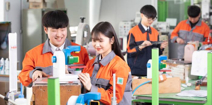 안양공업고등학교 학생들이 실습을 통해 기술역량을 키우고 있다.