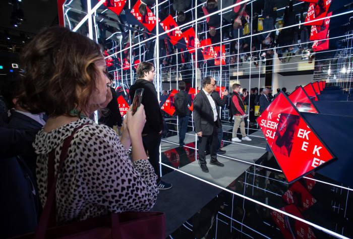 7일(현지시간) CES 2020 삼성전자 전시관에서 관람객들이 라이프스타일 TV 더 세로(The Sero)를 살펴보고 있다. SK텔레콤은 별도 전시관에서 삼성 더 세로를 통해 5G 영상통화 서비스 콜라(Callar)를 시연했다. [사진=삼성전자]
