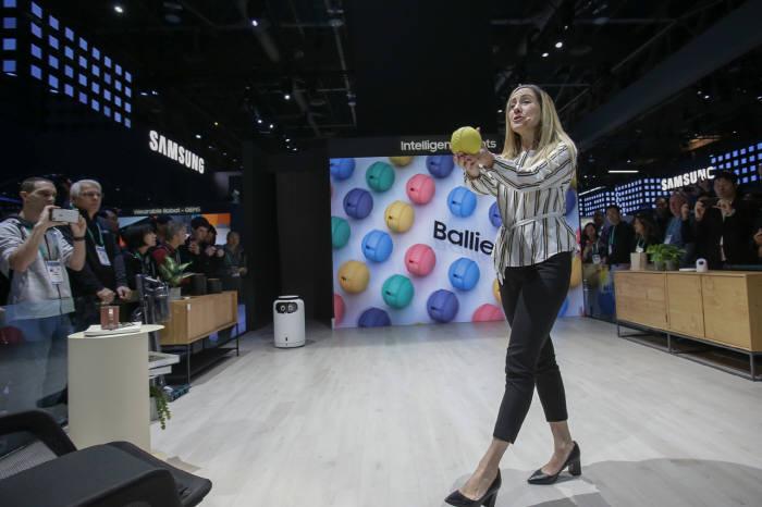 볼리(Ballie)는 사용자나 반려동물과 친구처럼 지내며 인과 학습을 하고. 이를 토대로 상황을 파악하며 연결된 모든 주변기기를 통제하거나 필요한 조치를 시행한다. [사진=삼성전자]