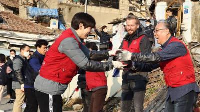 한국지멘스, 노원 백사마을에 연탄·기부금 전달