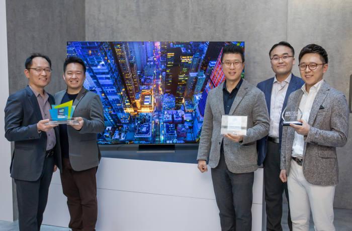 삼성전자 개발/기획 담당자들이 2020년형 QLED 8K가 수상한 CES 혁신상과 현장 어워드 상패를 들고 있다.