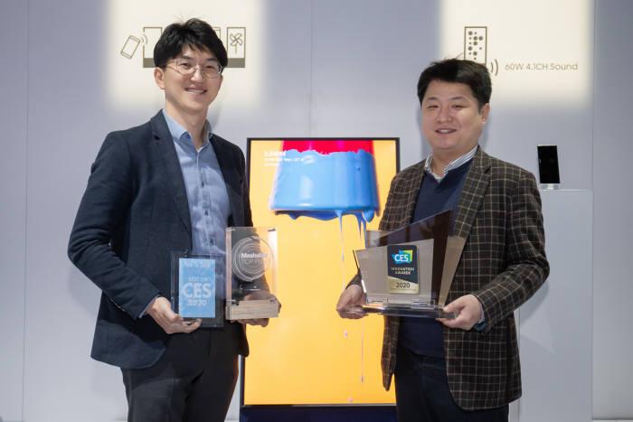 삼성전자 개발/기획 담당자들이 2020년형 더 세로가 수상한 CES 최고 혁신상과 현장 어워드 상패를 들고 기념촬영 하고 있다.