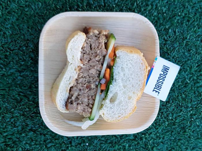 임파서블푸드가 관람객에게 시식용으로 제공한 식물성 돼지고기 사용 반미 샌드위치.