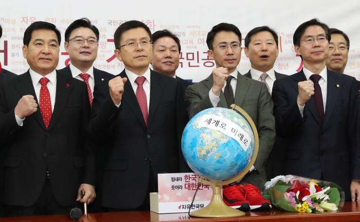 제21대 총선을 앞두고 자유한국당에 영입된 극지탐험가 남영호 씨(앞줄 오른쪽 두번째)가 13일 국회에서 열린 한국당 영입인사 환영식에서 황교안 대표, 심재철 원내대표 등과 기념촬영을 하고 있다.