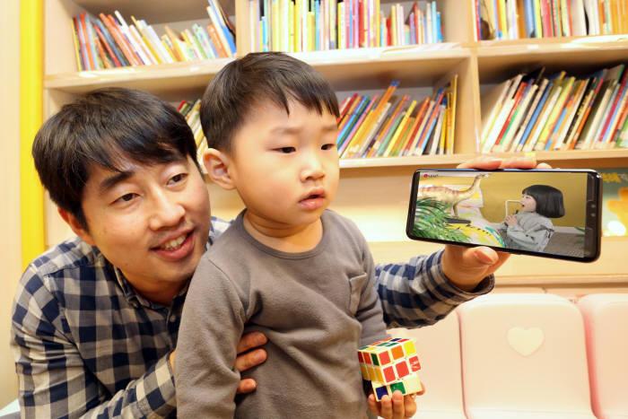 LG유플러스가 17일 어린이가 선호하는 동화, 자연관찰, 과학 등 콘텐츠를 3D AR로 생동감있게 즐길 수 있는 모바일 교육 애플리케이션 U+아이들생생도서관을 출시한다.