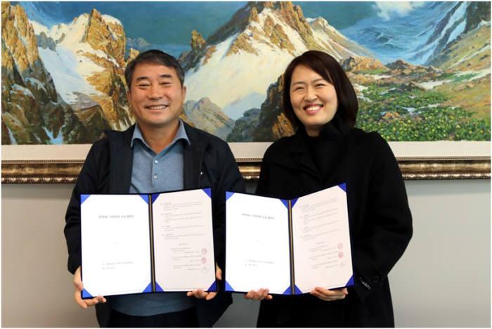 남민우 다산네트웍스 회장(왼쪽)과 전희은 봇들마을4단지 입주자대표회의 회장이 협약서를 교환하고 있다.