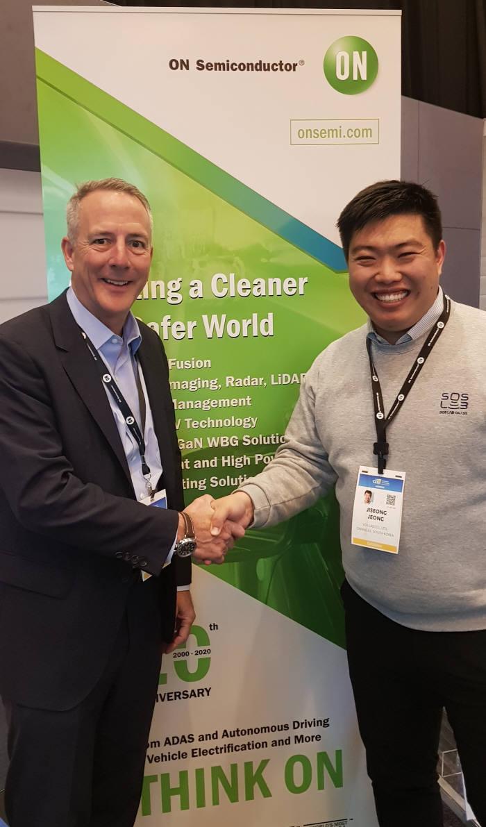 정지성 에스오에스랩 대표(오른쪽)가 미국 라스베이거스에서 열린 CES 2020 행사 기간 웨이드 애플맨 온세미컨덕터 부사장과 반도체 칩 타입 라이다 개발 협력을 위한 양해각서(MOU)를 체결하고 있다.