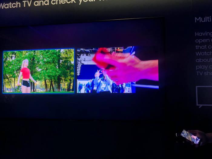 별도 소형 카메라를 TV에 장착하면, 유튜브 운동 화면을 보면서 동시에 내 모습을 화면에 비춰 운동을 따라할수 있다. 두 화면간 비교가 가능해 자세 교정 등이 가능하다. 사진: 전자신문