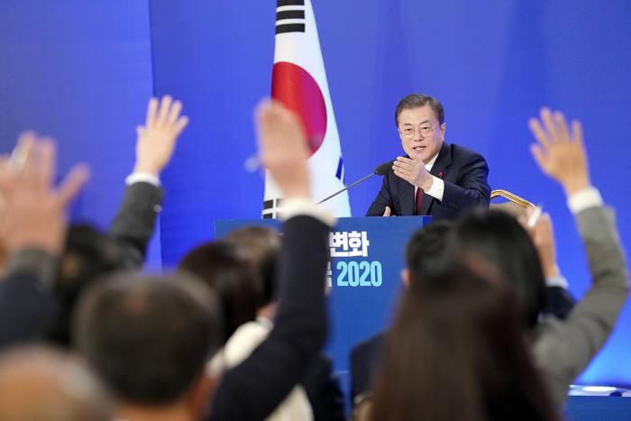 문재인 대통령이 14일 청와대에서 신년 기자회견을 열고, 질의할 기자를 선택하고 있다.