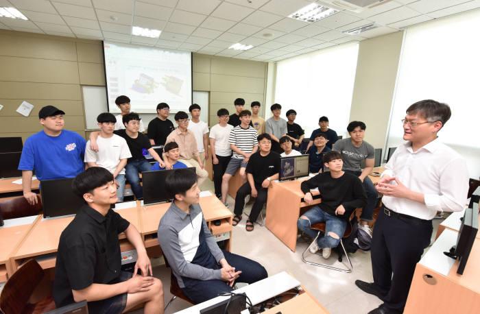 영진전문대 일본기계자동차반 수업 모습