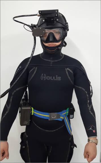 웨어러블 수중탐색 소나 착용 이미지.
