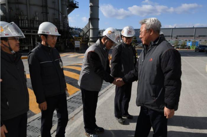 김준 SK이노베이션 사장(오른쪽)이 13일 울산공장을 찾아 직원들을 격려하고 있다. [사진= SK이노베이션 제공]
