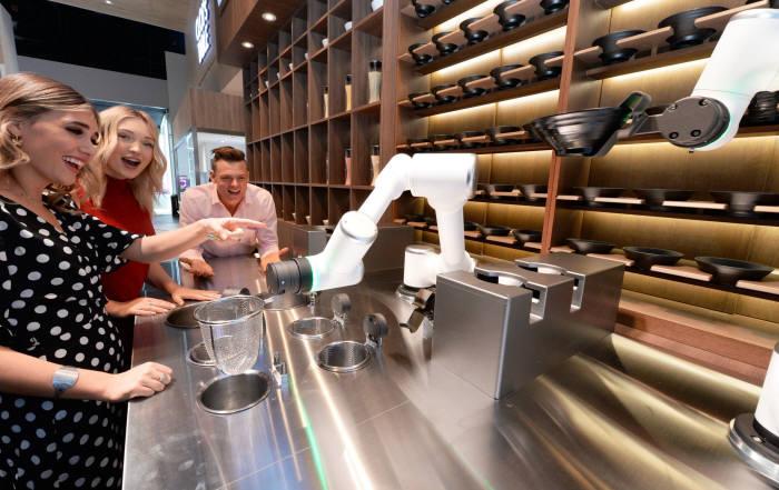 LG전자가 현지시간 7일부터 美 라스베이거스에서 열리는 CES 2020 전시회에 참가한다. LG전자 모델들이 클로이 테이블(CLOis Table) 전시존에서 고객들이 식당에서 경험할 수 있는 다양한 로봇 서비스를 소개하고 있다.