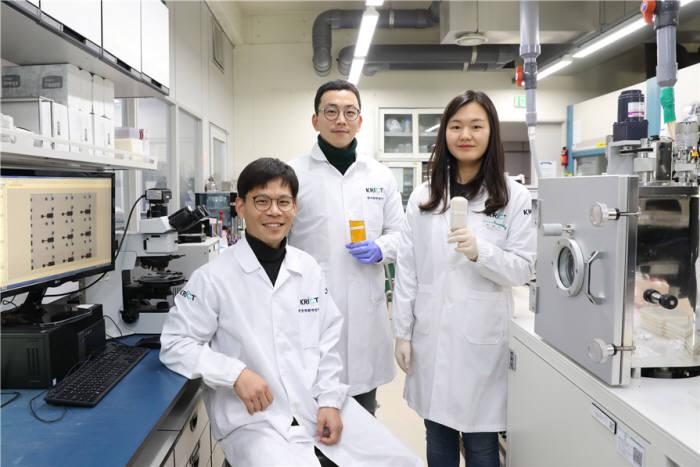 연구에 참여한 한국화학연구원 고기능고분자연구센터 연구진 사진 왼쪽부터 김윤호 박사, 박현진 박사, 유성미 연구원.