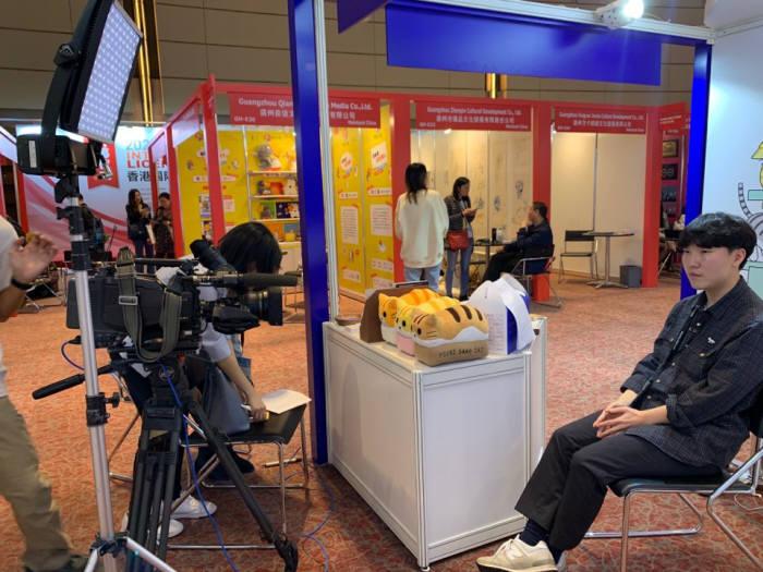 레디오 관계자가 홍총 방송사 TVB와 인터뷰를 진행하는 모습.