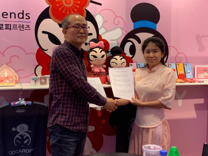 라이즈원이 중국 엑스티디 관계자와 텀블러와 플라스틱 제품류에 자사 캐릭터를 적용하기로 합의했다.