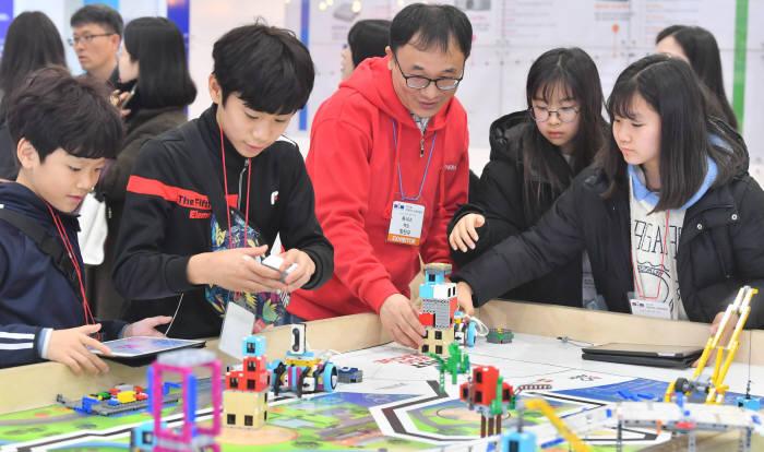 레고 스쿨프로그램에 참여한 학생들이 프로그램한 로봇을 테스트하고 있다.