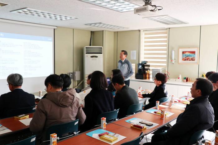 정창권 인셀 대표가 15일 방문한 국무조정실 녹색성장위원회 위원들에게 배터리 패키징 등 기술 및 제품현황을 소개하고 있다.